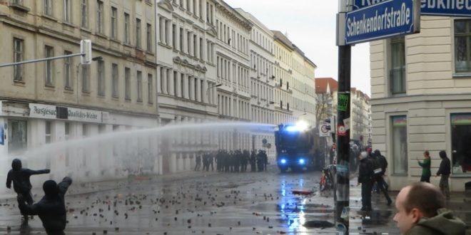 [Explosionen/CS Gas/Wasserwerfer/Brandanschläge] Kriegsähnliche Demo in Leipzig-Connewitz