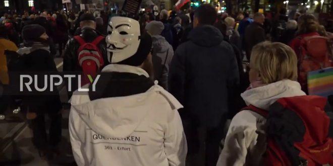 Deutschland: Coronavirus-Skeptiker und Polizei streiten sich während der massiven Leipziger Kundgebung
