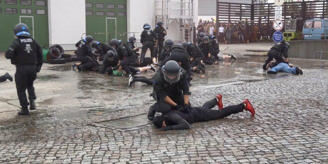 [Nieder mit den Hooligans] Leipziger Bereitschaftspolizei zeigt Wasserwerfer, Spezialfahrzeuge und BFE
